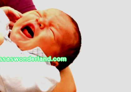 When does colic begin in a newborn: the causes and symptoms, at what age do they appear in a breastfed and bottle-fed baby, how long and when they pass in boys and girls.